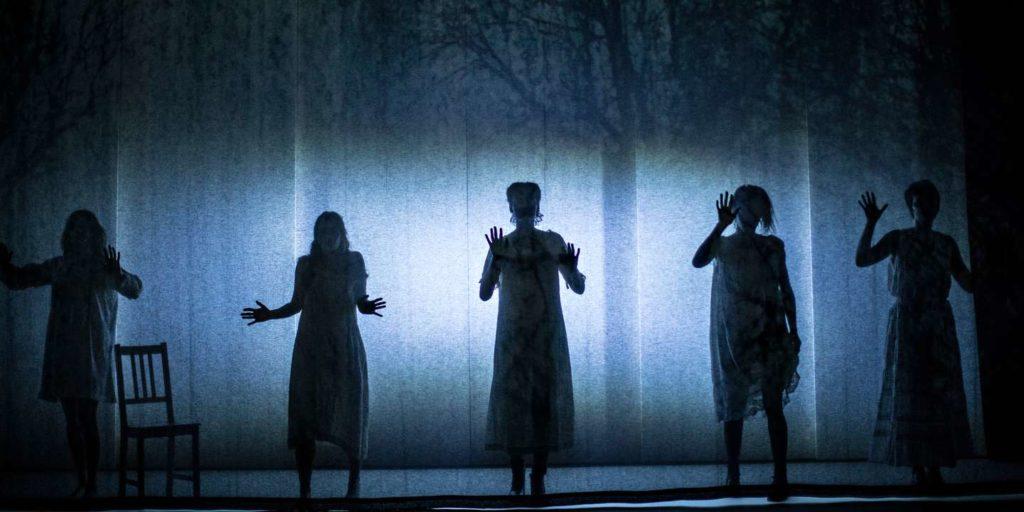 Les Sorcières de Salem d'Arthur Miller, par Emmanuel Demarcy-Mota au Théâtre de la Ville. Une mise en scène de l'hystérie collective et de la censure