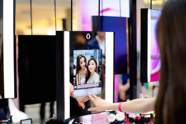 Le Virtual Mirror de Lancôme en boutique, la technologie et l'architecture au service de l'expérience. Scénographie du luxe