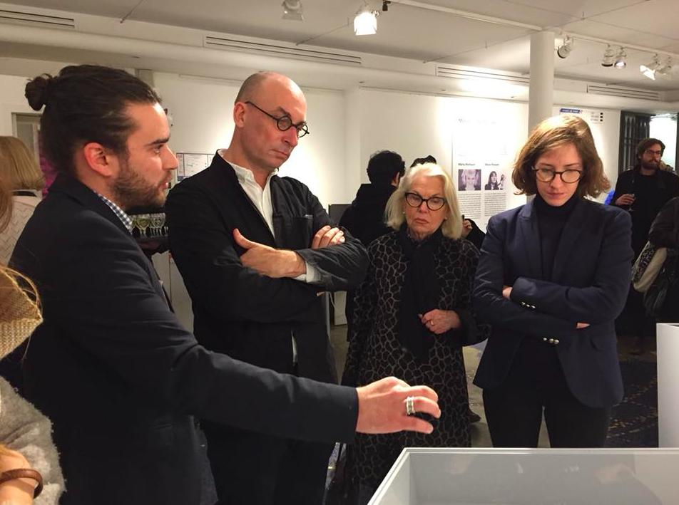Frédéric Hocquard durant un vernissage aux ateliers de Paris